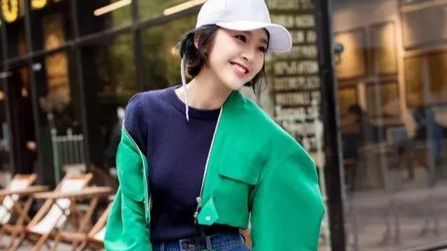 我有一件绿色的风衣我要配什么要颜色和款式的鞋子才好看啊?