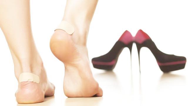 刚刚新买了一双高跟鞋后跟磨脚丢掉有舍不得怎么办