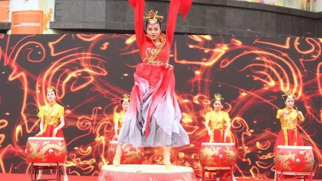 万泽丰传媒这次负责了深圳服装展wonderful时尚谁有微信玩红包群拉我女装的全称策划吗