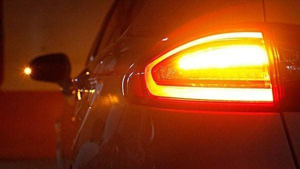 依维柯汽车尾灯红黄白分别指的是什么图
