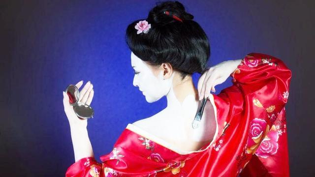 日本歌姬化妆时刷白白的是什么