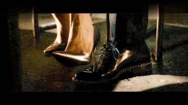 一个100斤左右的美女穿高跟鞋双脚踩一个人的脸上5分钟脚下的人能否坚持住