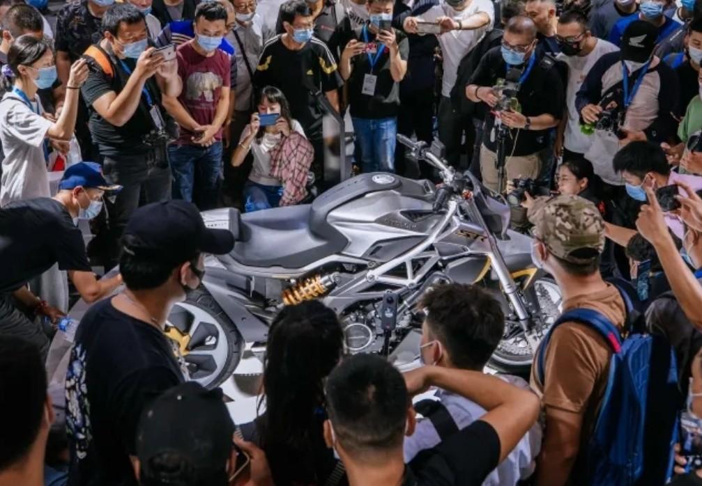 外观如异兽,解读赛科龙公升级巡航车:马力113匹,后轮单摇臂