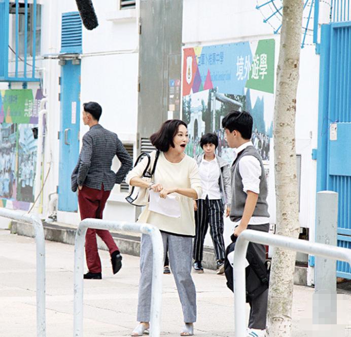 惠英红在街头拍戏,60岁状态很真实,穿着朴素就是个普通人