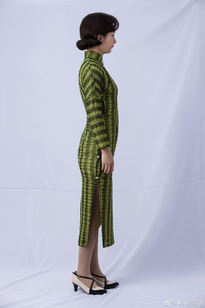 赵丽颖定妆生图,绿色黑色竖条纹长旗袍,纤瘦可爱,整个人端庄了