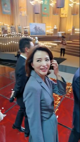 央视主持幕后罕曝光,李梓萌玩手机撒贝宁打哈欠,董卿状态最好?