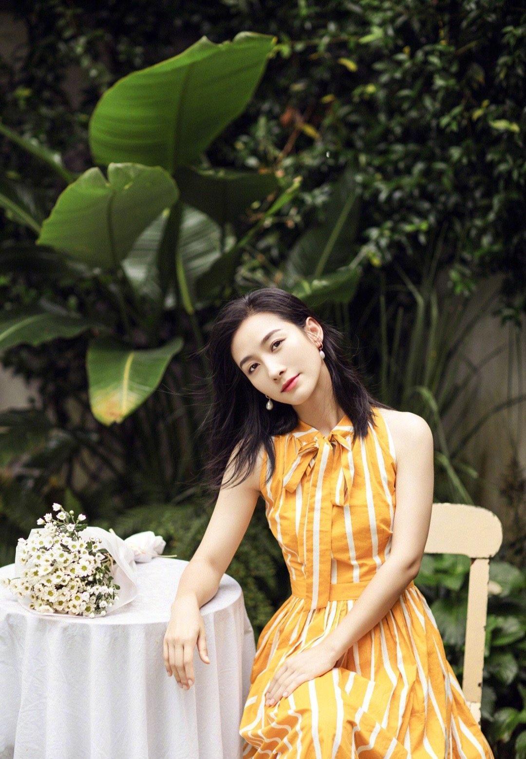 """""""安陵容""""陶昕然现代装太美了,穿黄色条纹连衣裙,气质出众高级"""