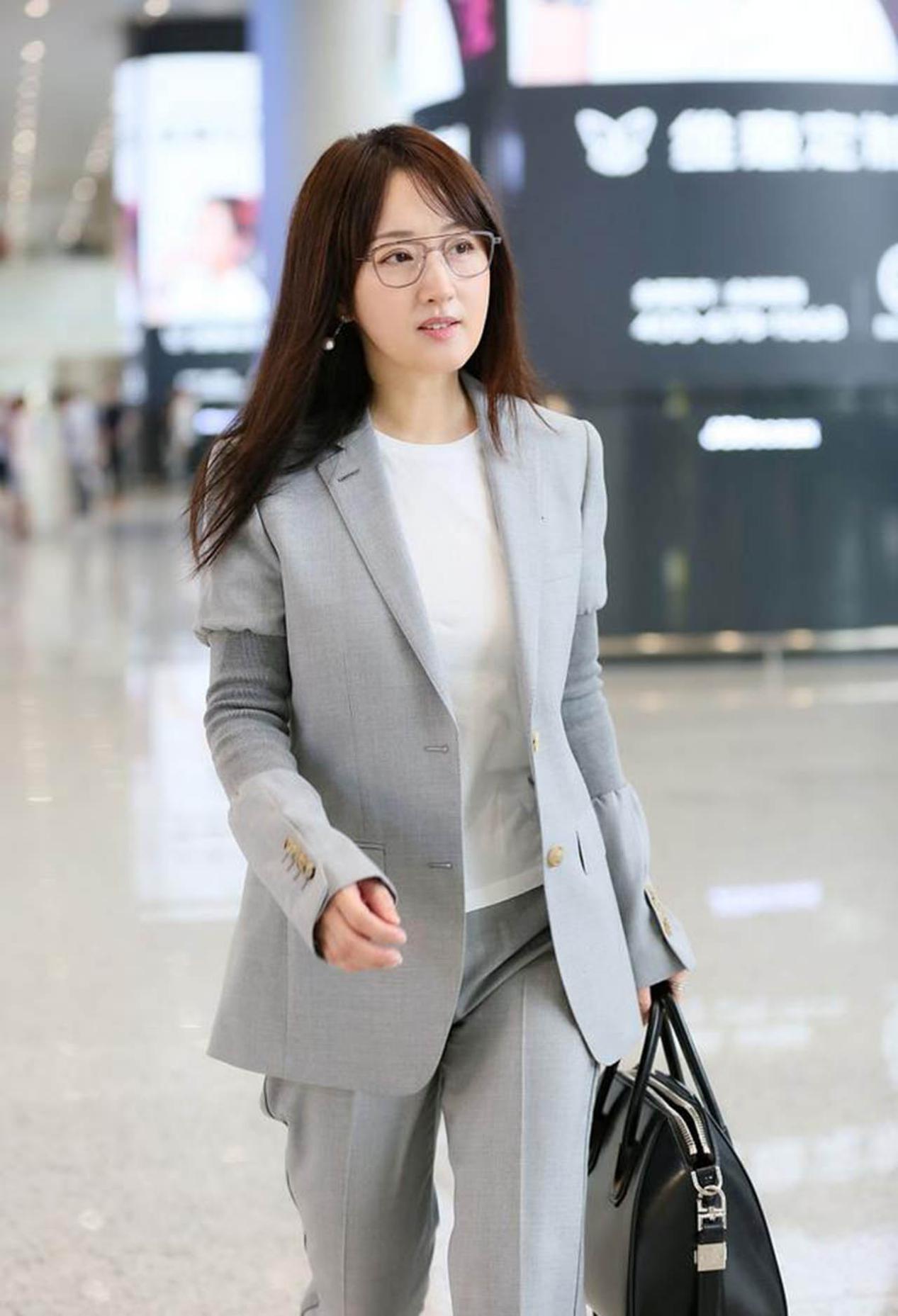 杨钰莹秀职场女性装扮,知性而优雅,依然少女模样