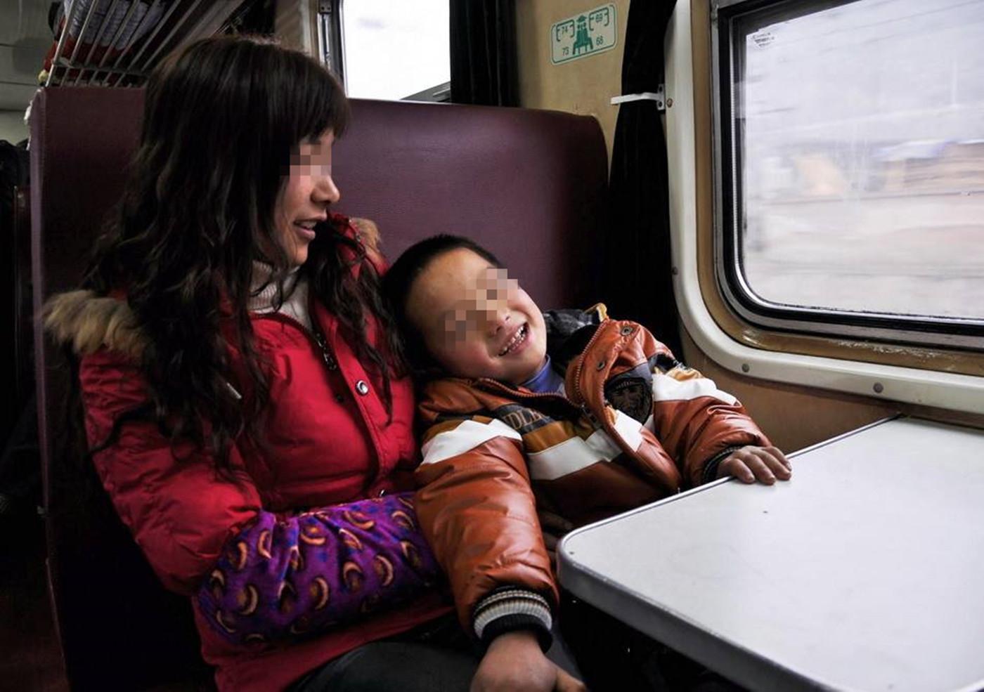 """很久以前和闺蜜坐火车出去旅行,上车前买了周黑鸭的鸭脖,打算车上打发时间,对面上来两位老人带着一个大概5岁左右的小男孩,当他看见鸭脖时,立马眼睛放光,还没等我们有反应,孩子的奶奶便说:""""你问问阿姨给不给你吃?""""我和闺蜜还没遇见过这么直接的家长,正在愣神时,不"""