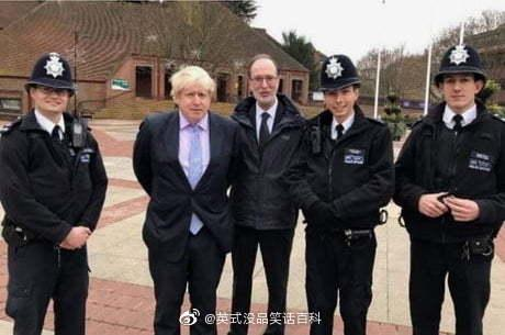 和警察拍照时千万别把手背到身后去