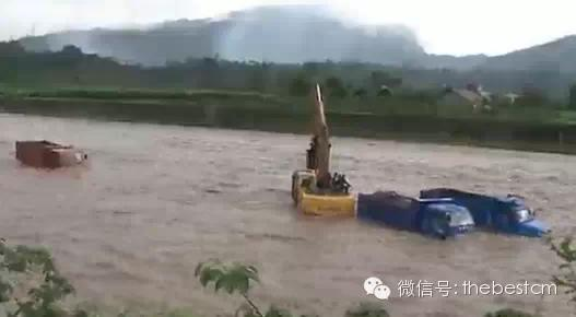 极度惊险:实拍山洪暴发冲走货车挖掘机、驾驶员生死大逃亡