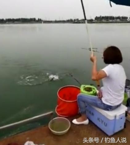 女钓鱼人遛鱼这姿势,也是到位的没谁了!