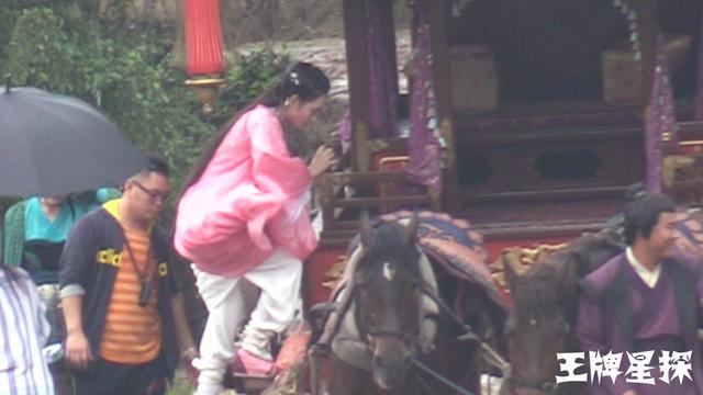 这样的小鲜肉难得,邓伦王一菲雨中拍戏超敬业!