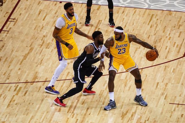 篮球里面的中锋和大前锋两个位置有什么区别?