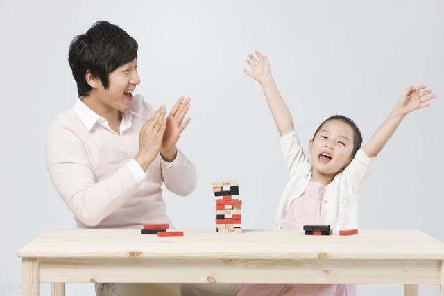 對孩子不能用獎懲的方式,可為啥對孩子表揚,孩子也根本不買賬呢