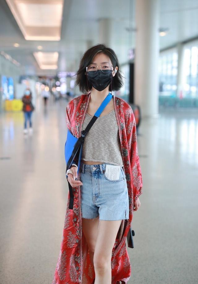 """万茜眼光太独特,""""奶奶风""""穿搭走机场,美得依然很高级"""