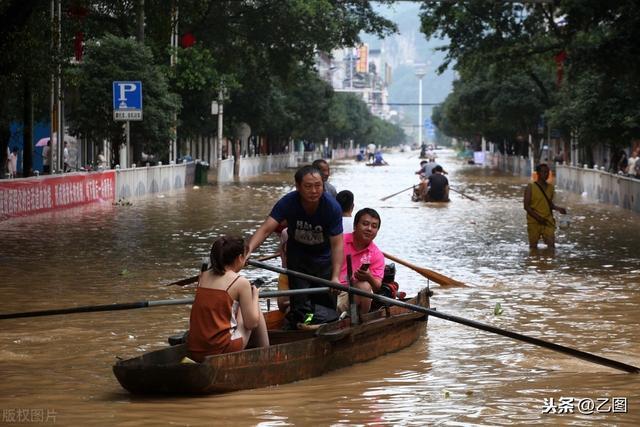 暴雨致广西融江水倒灌,融江县城被水围困,居民街上划船出行