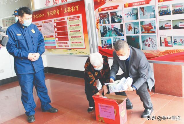 一针一线亲手缝 八旬老人百双鞋垫送给消防员