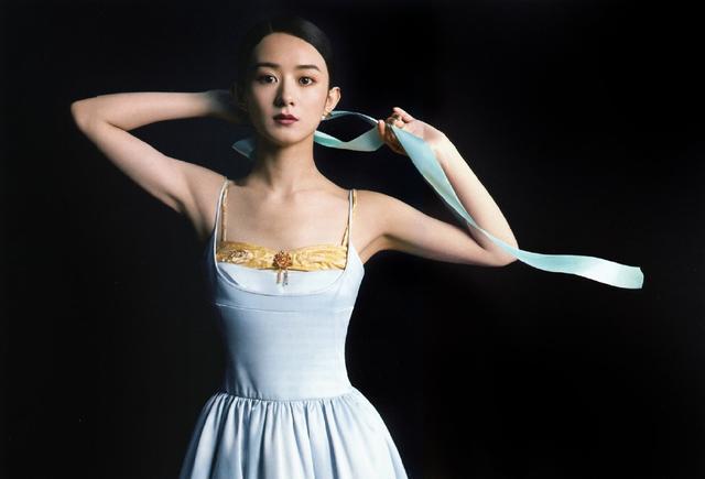 """赵丽颖太会穿了!""""蓝丝带+连身裙""""优雅高贵,每张都是复古大片"""