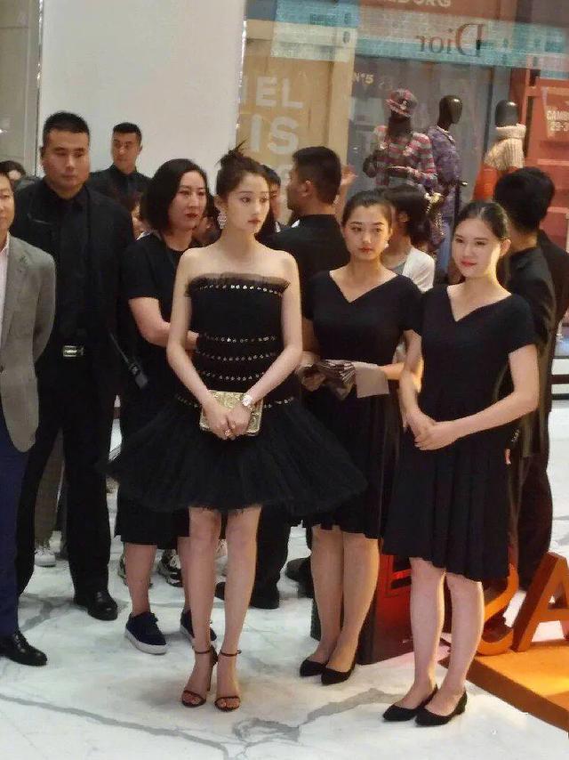 人群中的明星:关晓彤竟然如此出众,刘诗诗脸看着只有我的巴掌大