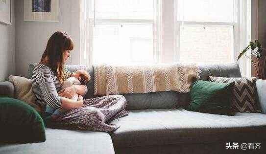 三个月大宝宝为什么边吃母乳边用手推妈妈呢,他想表达什么?