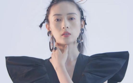 童瑶最新杂志造型来袭,虽然发际线上移显头发有点稀,但仍有气质