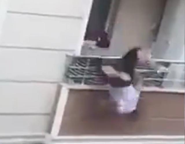 土耳其男子和邻居吵架,在阳台扔东西把自己扔出去,摔断锁骨出现脑震荡