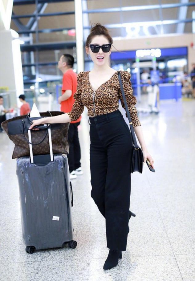 张天爱穿豹纹扎丸子头走机场,一身穿搭显瘦显苗条,活力又美艳