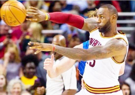 在NBA历史上有没有单赛季同时拿到3个MVP、得分王以及赛季双一阵的球员?