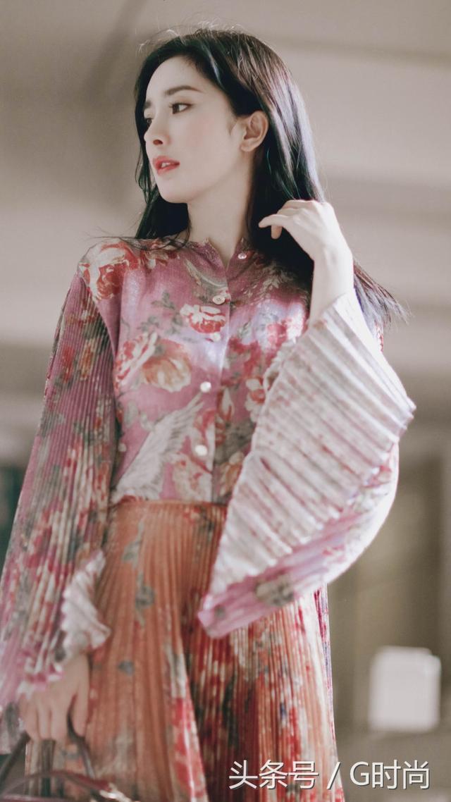 美好的夏天从印花裙开始 迪丽热巴的印花裙很仙美