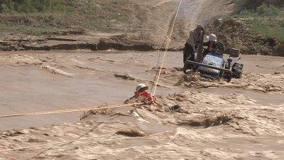 被河水困住夫妇喊向消防员:太危险,你们不要来!