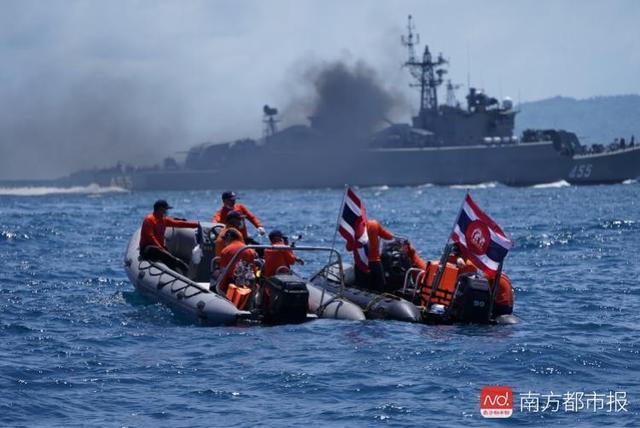 普吉翻船后:到处是挂着志愿者牌的面孔,尽力匹配每个伤者或家属