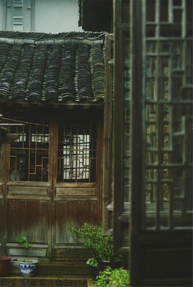 這般雋永詩意的中式古建,檐牙高啄,襲襲古風