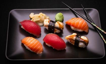 寿司是用手拿着吃还是用筷子