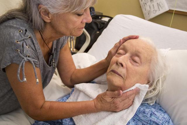 政府抗疫不力,澳洲养老院85岁老人绝望发声:怎么我今天还没死?