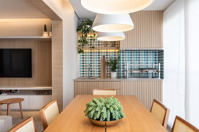 善用阳台,白捡一小餐厅,将餐桌挪过去,实用性一点不打折