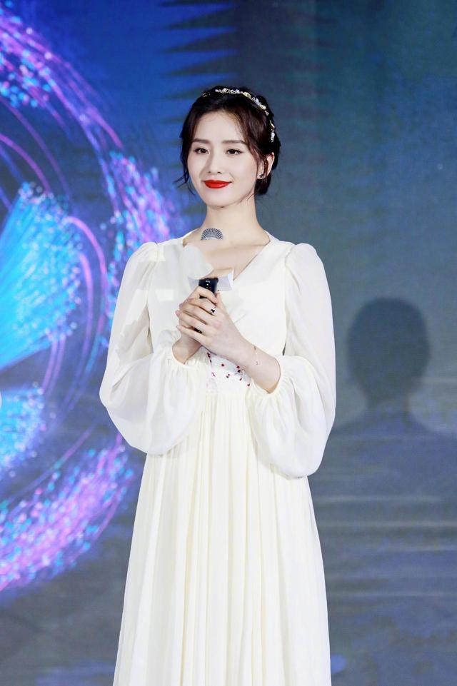 刘诗诗红唇白裙惊艳出镜,气质真干净,30多岁依然一副少女模样