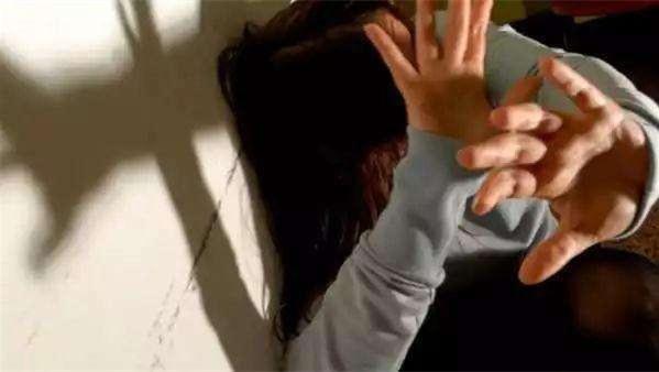 鲍毓明懂法律,侵害养女4年就能逍遥法外?其实惩罚早已开始