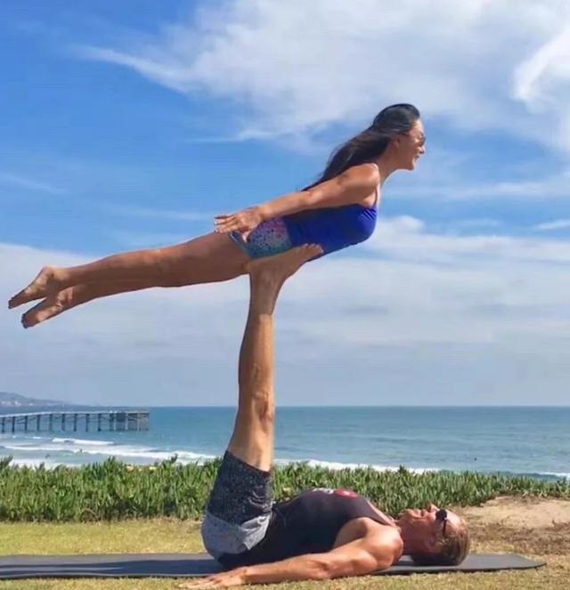 67岁阿姨坚持练瑜伽6年,动作优雅笑容自信,被称作逆龄少女