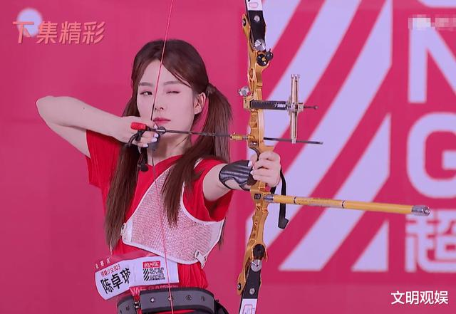 硬糖少女节目集体射箭,赵粤失去表情管理,陈卓璇这是偷偷练过?
