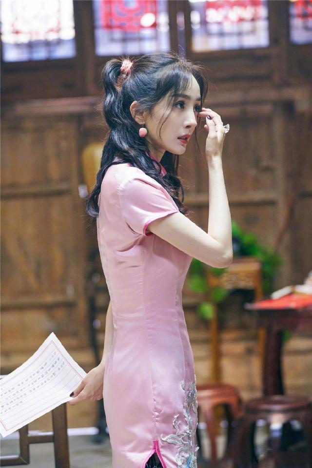 """杨幂再次装嫩成功!粉色旗袍勒出""""沙漏""""身材,扎双马尾俏皮可爱"""