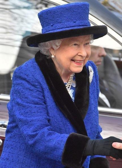 92歲英女王太美了!高貴皇家藍配珊瑚色口紅,貴氣十足