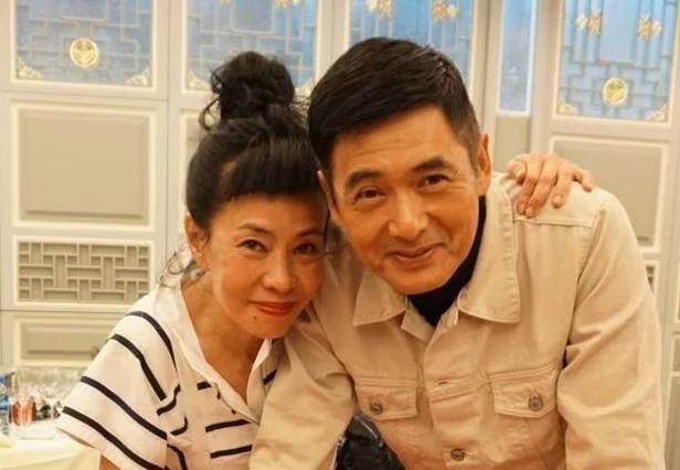 晒晒周润发在香港的家,夫妻俩住着两层的村屋,平时生活深居简出
