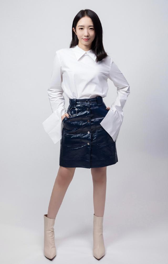 简单才是美,孟美岐穿白色上衣配蓝色皮裙,知性显高少女感十足