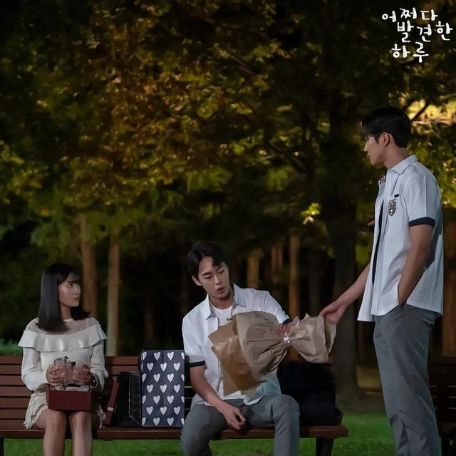 豆瓣7.7分韩剧《偶然发现的一天》:漫画配角改命之路的人生启示