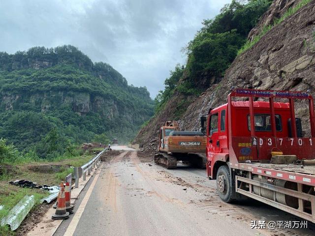 受暴雨影响,万州多条公路塌方,公路事务中心紧急抢险