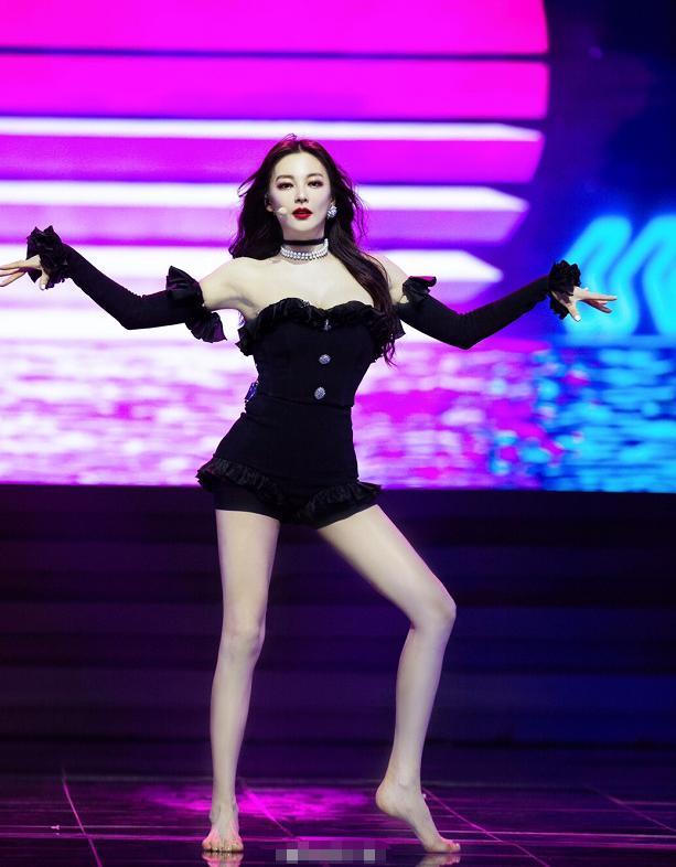 张雨绮真是标准女团身材!穿黑色露肩裙腰细腿长,太惊艳