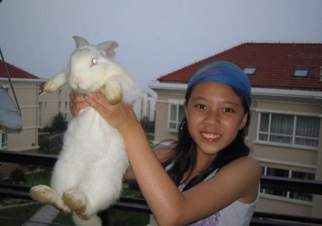 宋妍霏晒出小时候照片,粉丝直呼太黑了,果然是女大十八变