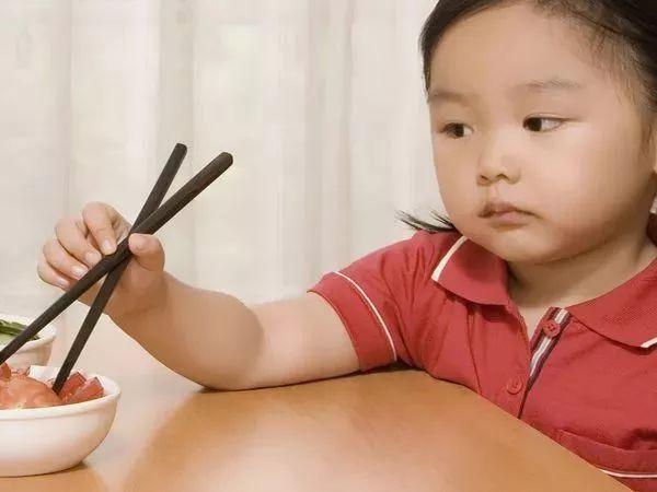 都说小儿积食百病生,那么要怎么做才能让孩子消去积食,提高免疫力呢?