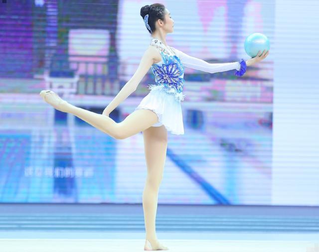 硬糖少女张艺凡体操比赛,定格她的肢体动作,功底如何一眼看出